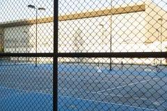 Cerca e campo de tênis imagem de stock