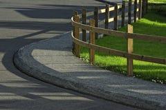 Cerca e estrada da madeira Fotos de Stock