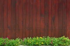 Cerca e flores de madeira imagem de stock royalty free