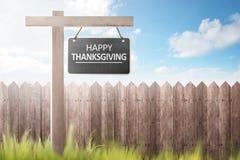 Cerca e grama de madeira com mensagem feliz da ação de graças no signbo Imagem de Stock Royalty Free