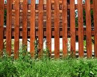 Cerca e grama de madeira, construção, vila Imagens de Stock Royalty Free