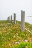 Cerca e prado de madeira na névoa Fotografia de Stock Royalty Free