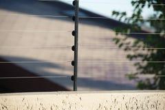 A cerca elétrica para protege a placa imagem de stock