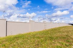 Cerca electrificada Boundary Gray Wall Imagen de archivo libre de regalías