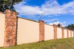 Cerca electrificada Boundary Wall Fotografía de archivo