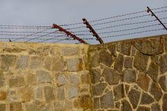 Cerca electrificada en las paredes que rodean Mauthausen imagen de archivo