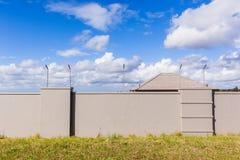 Cerca electrificada House Roof Wall Imagenes de archivo