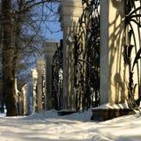 Cerca elegante do ferro forjado com colunas clássicas fotografia de stock