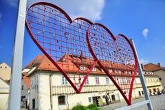 Cerca en forma de corazón con las cerraduras en Maribor, Eslovenia Fotos de archivo