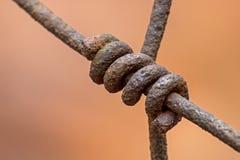Cerca esquecida longa de Rusty Wire Connection On A foto de stock royalty free