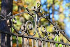 Cerca feita bonita Imagem de uma cerca decorativa do ferro fundido Cerca do metal cerca bonita com forjamento artístico Imagens de Stock