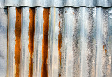 Cerca galvanizada ondulada oxidada da folha fotos de stock royalty free