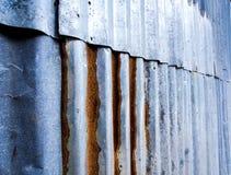 Cerca galvanizada ondulada oxidada da folha fotografia de stock