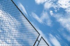Cerca líquida de aço contra o céu azul Fotografia de Stock