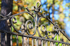 Cerca labrada hermosa Imagen de una cerca decorativa del arrabio  Cerca del metal cerca hermosa con la forja artística Imagenes de archivo
