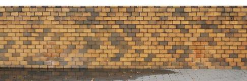 Cerca larga de ladrillos quemados amarillos de la arcilla foto de archivo libre de regalías