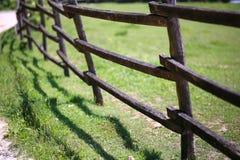 Cerca larga vieja del corral en el verano de la granja Foto de archivo libre de regalías