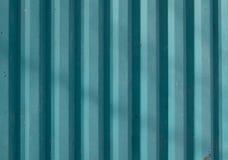 Cerca metálica industrial Perfil ondulado do azul de ferro imagens de stock