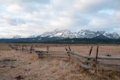 Cerca na frente das montanhas Fotos de Stock
