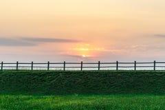 Cerca, naturaleza rural en la puesta del sol Paisaje hermoso del verano con el campo Fotos de archivo