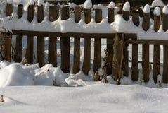 Cerca nevado no campo A neve sparkles no sol ru Imagem de Stock Royalty Free