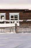 Cerca nevado no campo A neve sparkles no sol ru Fotos de Stock Royalty Free