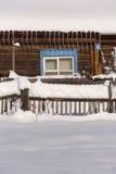Cerca nevado no campo A neve sparkles no sol ru Fotos de Stock