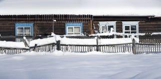 Cerca nevado no campo A neve sparkles no sol ru Foto de Stock