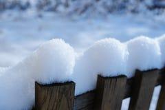 Cerca nevado velha na vila no inverno Fotos de Stock Royalty Free