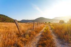 Cerca no campo uma exploração agrícola Imagem de Stock Royalty Free