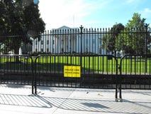 Cerca nova da barreira na frente da casa branca Imagens de Stock