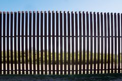 Cerca nova do ferro na beira entre México e os E.U. em Texas fotografia de stock