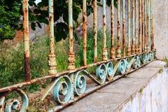 Cerca oxidada del jardín con los ornamentos imagen de archivo