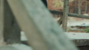 CERCA PARA ARRIBA: Cima de la montaña que sube del caminante femenino valeroso, caminando de rastro en canto áspero peligroso de  almacen de metraje de vídeo