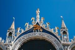 Cerca para arriba del ap?stol de St Mark, de ?ngeles y del le?n de oro en el top de Basilica di San Marco, la bas?lica de St Mark imagenes de archivo