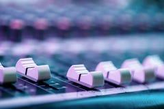 Cerca para arriba del atenuador en la consola de mezcla sana Detalles del sitio del ingeniero de sonido imagen de archivo libre de regalías