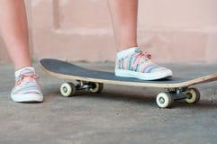 Cerca para arriba tire de zapatillas de deporte en el monopatín en estilo sport en día de verano en la calle fotos de archivo libres de regalías