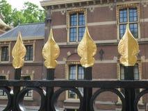 Cerca preta com os apostadores dourados sobre ela Fotos de Stock Royalty Free