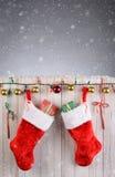 Cerca rústica de las medias de la Navidad Fotografía de archivo