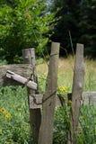 Cerca rústica e rural envelhecida velha feita da madeira fotografia de stock