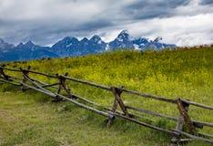 Cerca rústica en Wyoming imagen de archivo