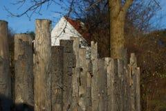 Cerca resistida vieja del jardín Fotografía de archivo