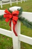 Cerca roja del blanco del adorno del pino del verde del arco de la cinta del día de fiesta Imagen de archivo
