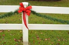 Cerca roja del blanco del adorno del pino del verde del arco de la cinta del día de fiesta Imagen de archivo libre de regalías