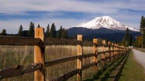Cerca Row Countryside Rural California Mt Shasta del rancho Imágenes de archivo libres de regalías