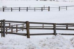 A cerca rural das placas de entra a exploração agrícola e o campo coberto de neve fotos de stock royalty free