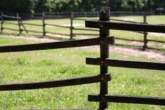Cerca rural de madera vieja del corral en prado Fotos de archivo libres de regalías