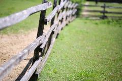 Cerca rural de madera vieja del corral en prado Imagen de archivo