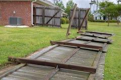 Cerca soplada abajo y dañada durante tormenta imagenes de archivo