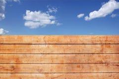 Cerca sucia de madera y cielo nublado, XXXL Backgrond Fotos de archivo